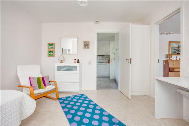 I sovrummet finns 1 garderob och dörr till kök och vardagsrum.