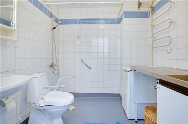 Dusch/wc/tvätt. Här finns tvättho och toppmatad tvättmaskin.