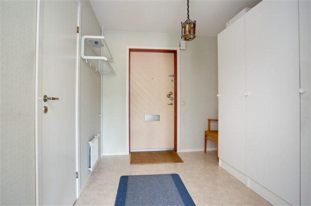 Välkommen in i en rymlig hall med klädavhängning och 2 linneskåp och städskåp.
