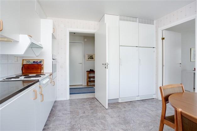 Köket har stor kyl och frys. Här finns dörr till sovrummet.