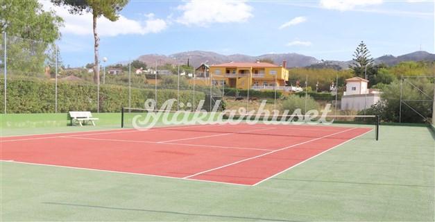 Gemensam tennisbana som hör till föreningen