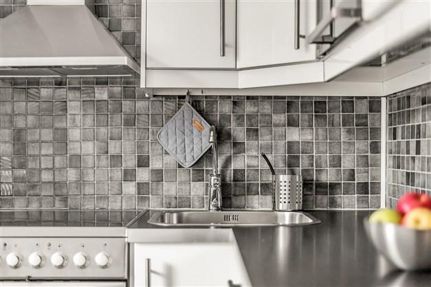 Lyxigt kök med full maskinell utrustning, diskmaskin och integrerad mikro