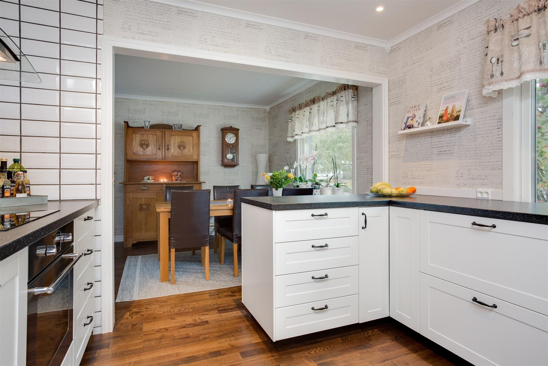 Öppning mellan kök och matplats/vardagsrum.