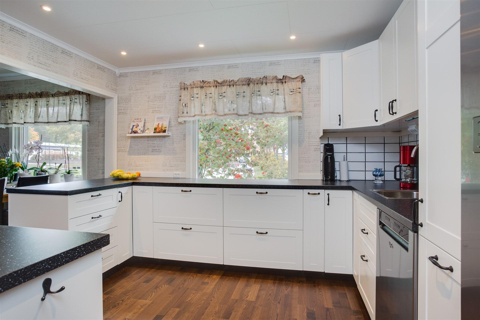 I köket finns stor arbetsyta, utdragbara lådor och fönster ut mot gatan.
