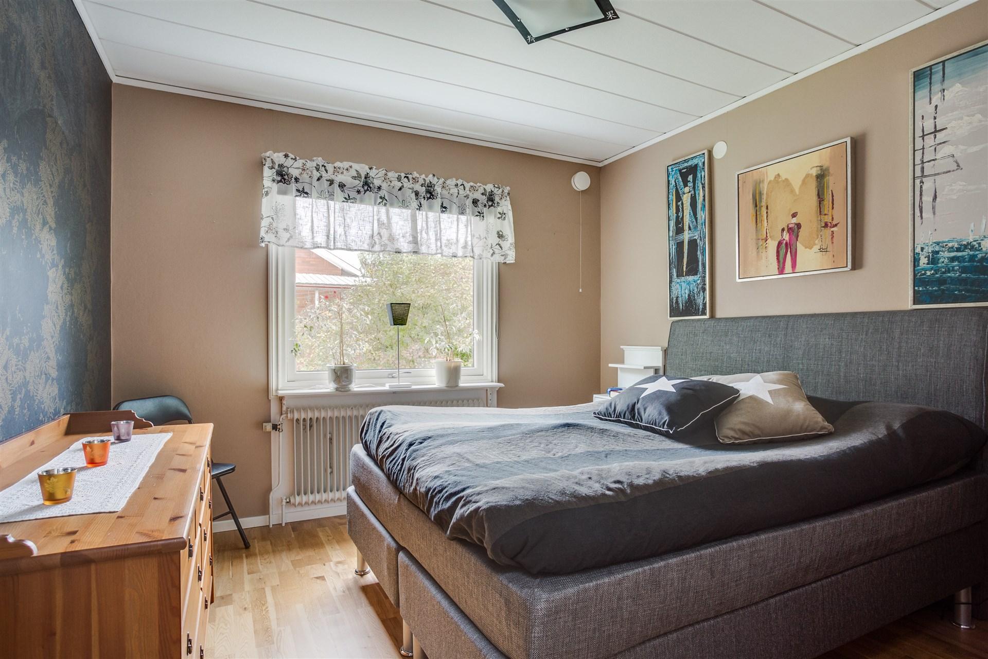 Sovrum 2 med 1 dubbelgarderob och 2 enkla garderober med överskåp.