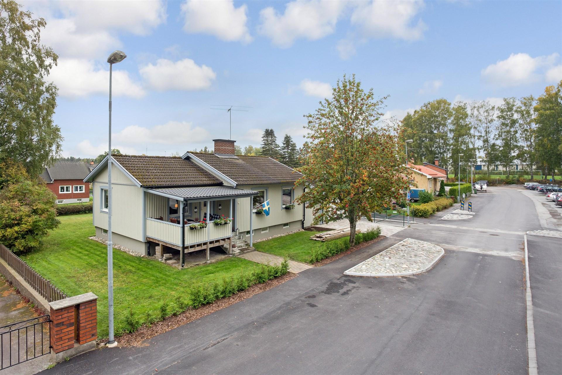 Fin villa i centralt område granne med skola och idrottsplats.