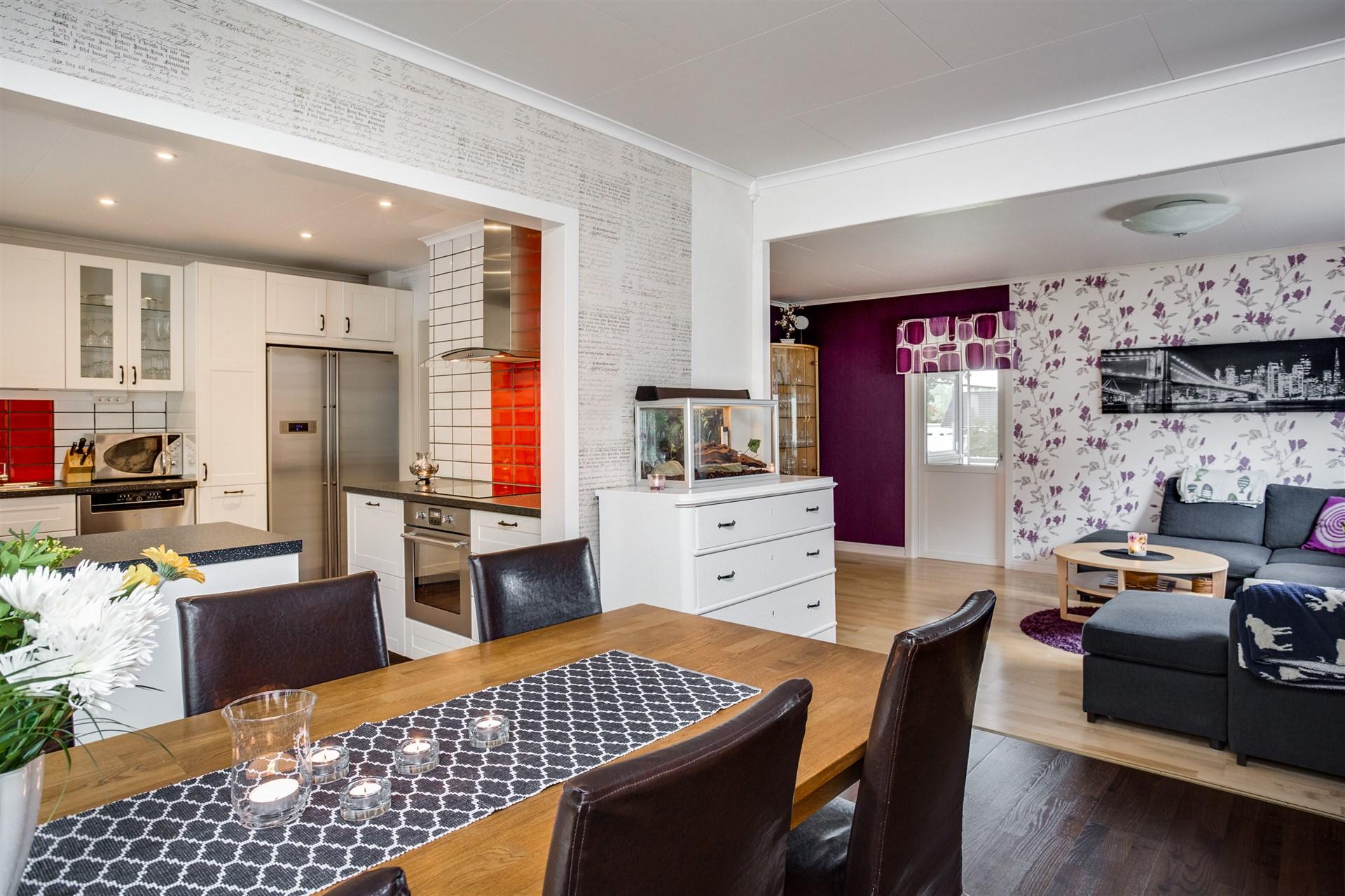 Kök och matrum/vardagsrum går i vinkel, här ges plats till flera möblemang.