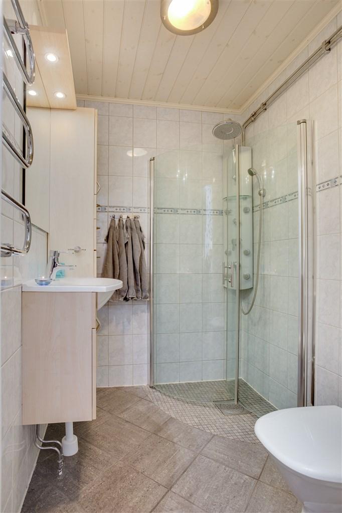 Renoverad dusch/wc med invikbara duschväggar. Här finns även linneskåp och handdukstork.