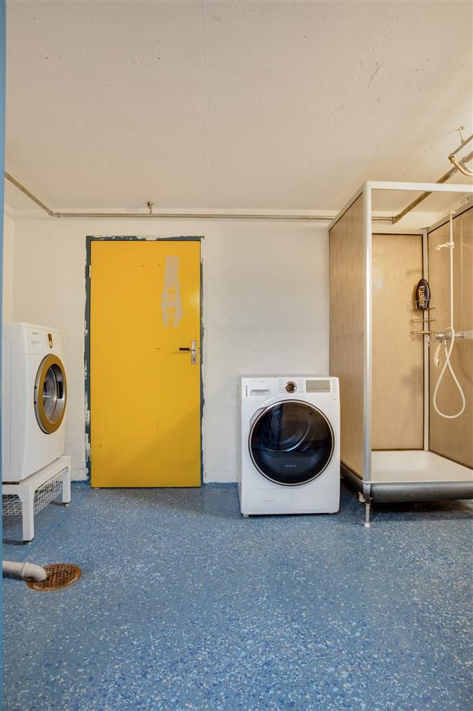 Tvättstuga med tvättmaskin och torktumlare.