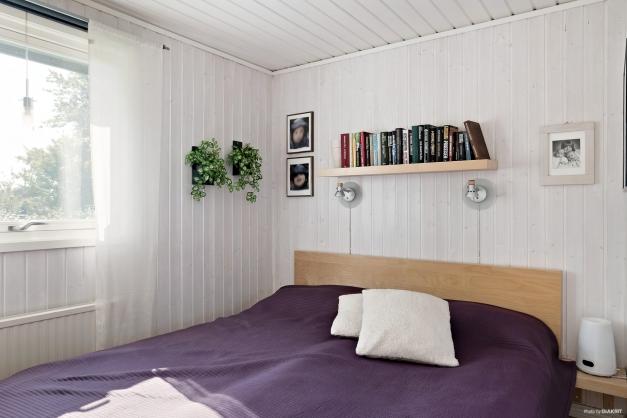 Sovrum med garderober.