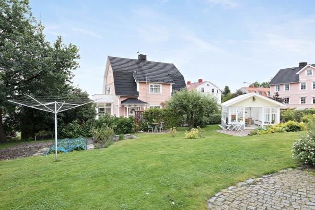 Trädgårdstomt med växthus