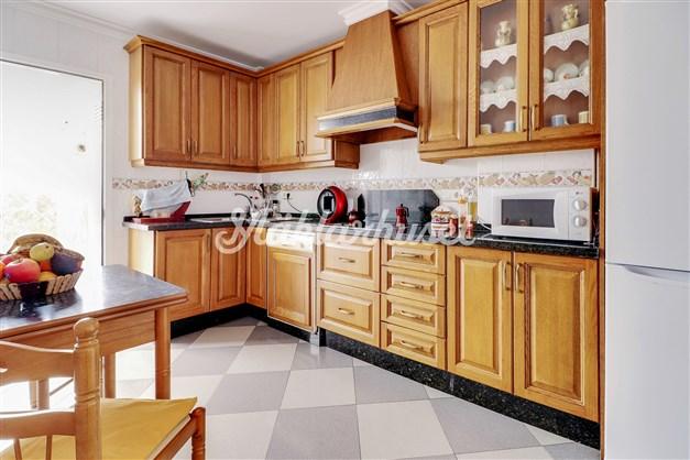 Kök med utgång till terrass med separat tvättrum