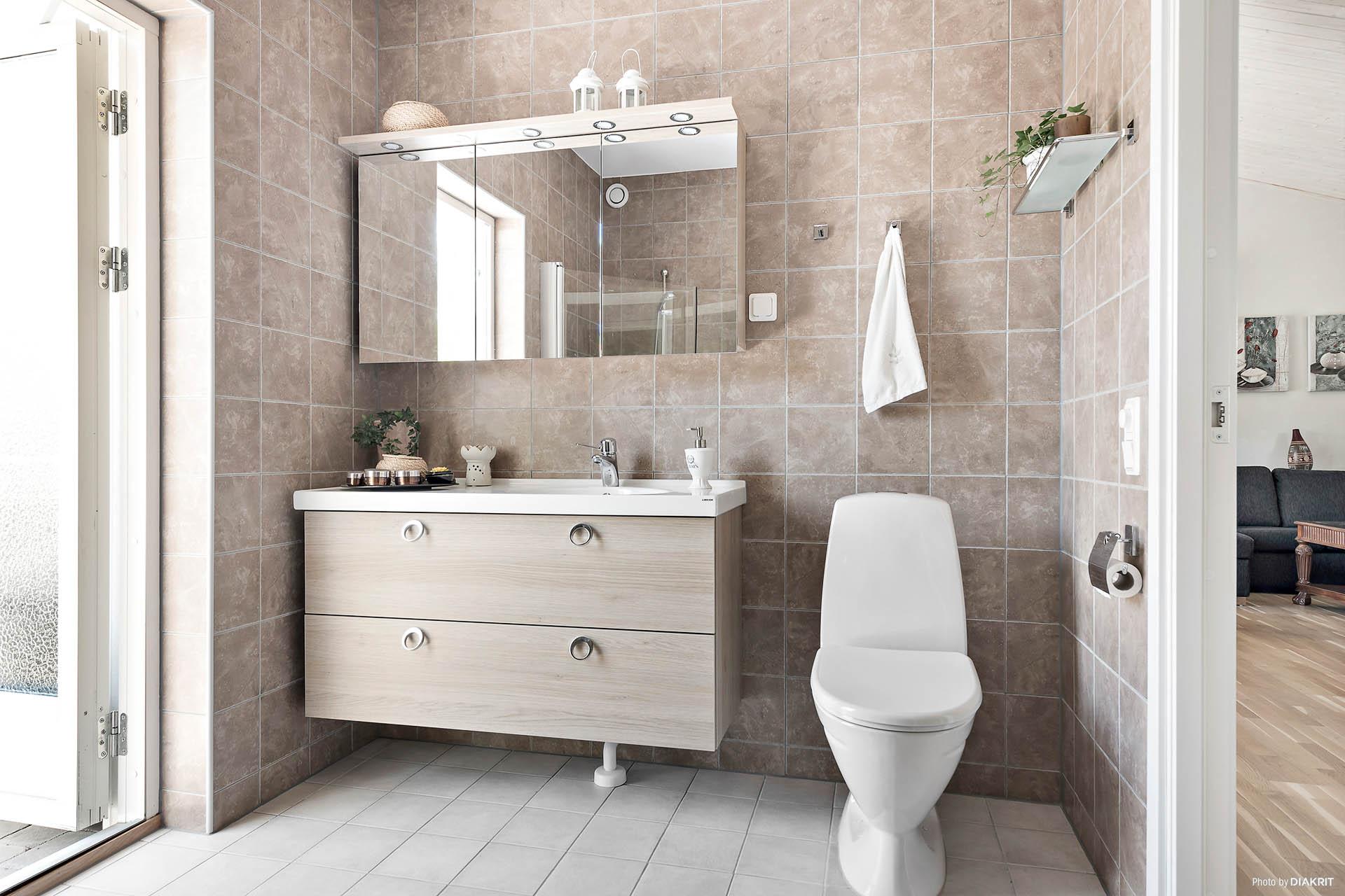 Stort badrum med värmegolv