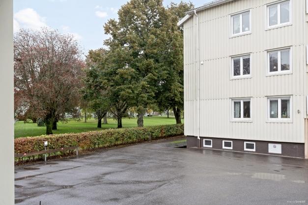 Huset angränsar till Grönelundsparken