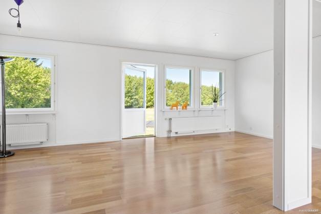 Stort vardagsrum möjligt att dela av till ett till sovrum.