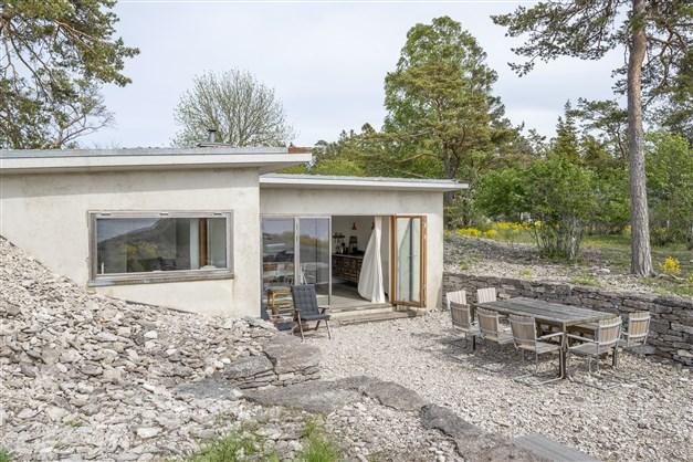 Nedsänkt innergård omgiven av kalkstensmurar