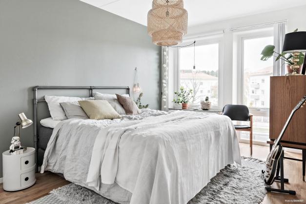 Rymligt sovrum med stora fönster
