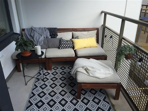 Balkong med utrymme för både lounge soffa....