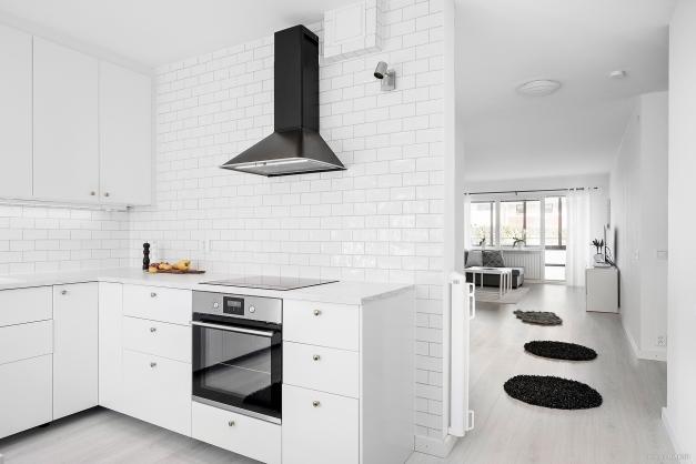 Modernt, ljust och stilrent kök i vit kulör.