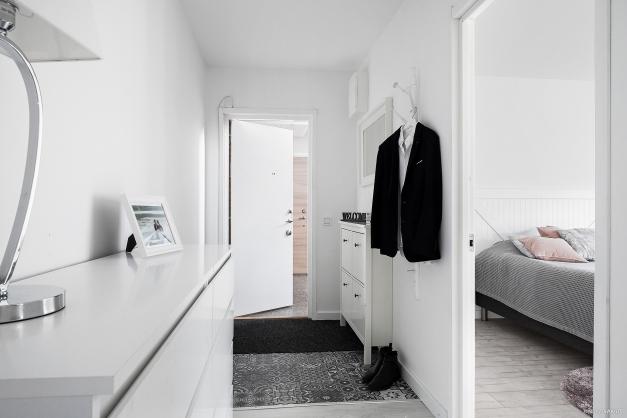 Välkomnande hall med garderob.
