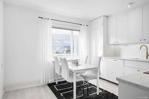 Köket är utrustat med inbyggd kyl/frys, inbyggd diskmaskin, induktionshäll och fläkt.