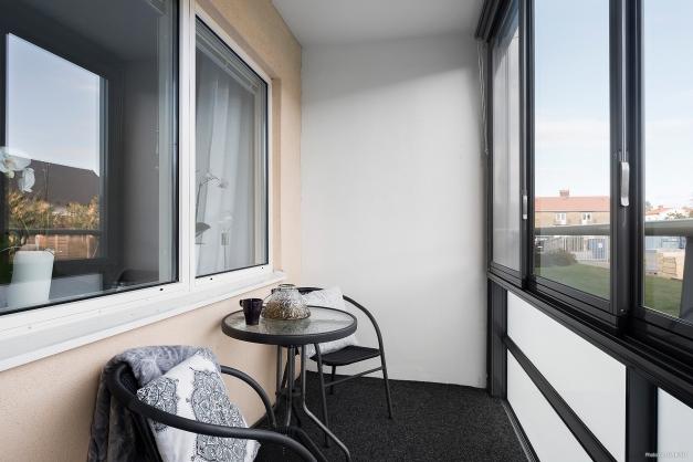 Inglasad balkong med heltäckningsmatta belägen mot öst. Här kan du njuta av frukosten i solen.