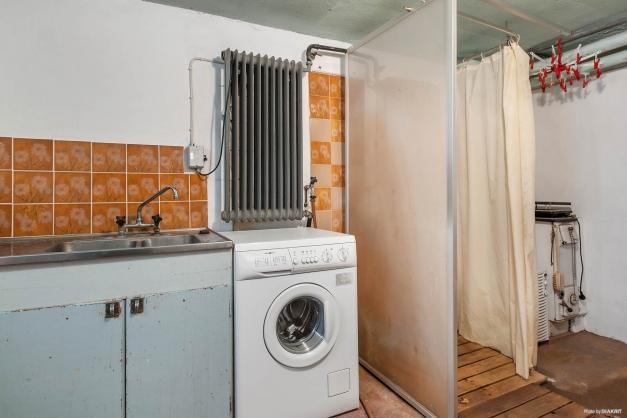 Tvättrum i källaren, finns dusch intill.