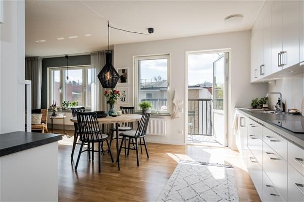 Trivsamt kök med utgång till balkong i söder