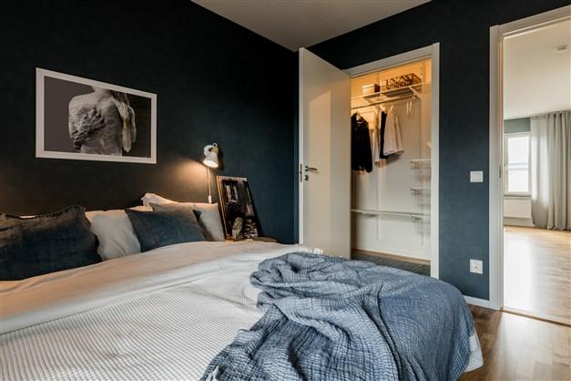 Sovrum med ingång till rymlig klädkammare