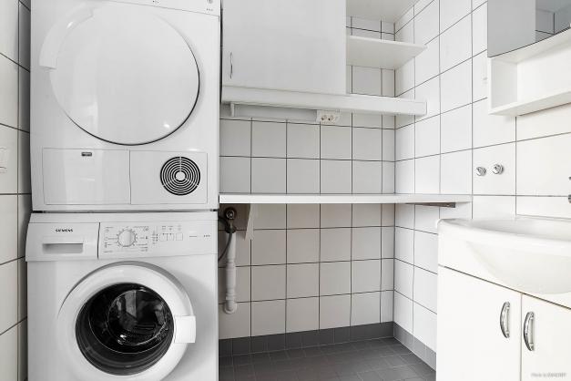 Fräscht helkaklat badrum med egna tvättmaskin och tumlare