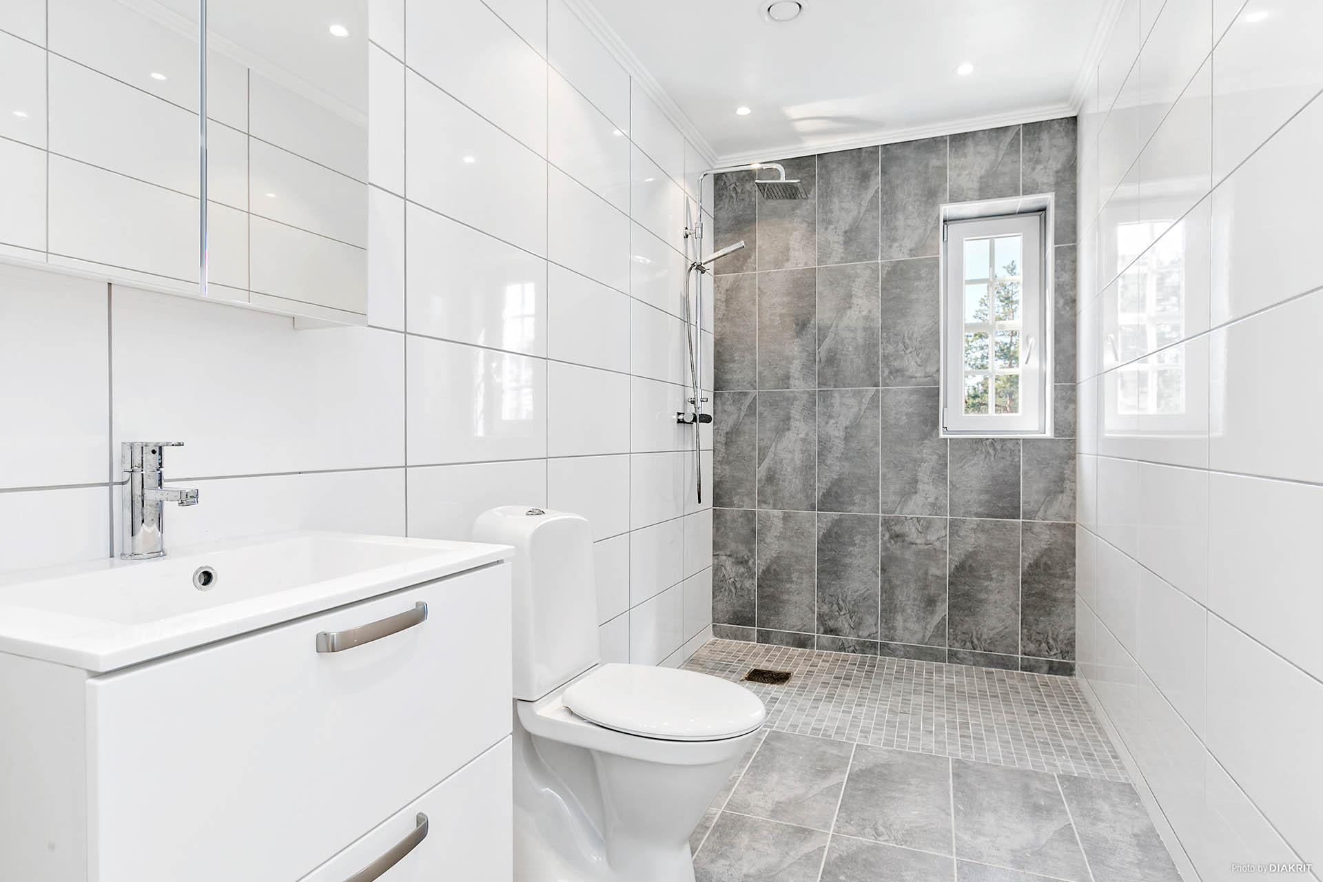 Badrum med duschhörna, fina material