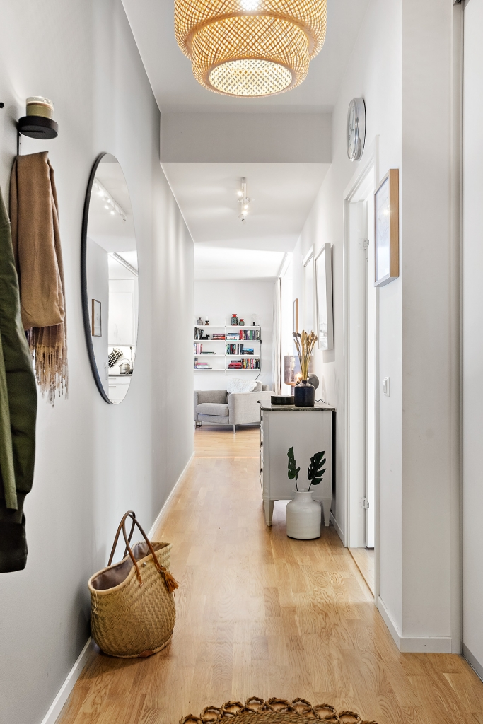 Hall med delvis extra takhöjd samt bra förvaring i inbyggda garderober med skjutdörrar