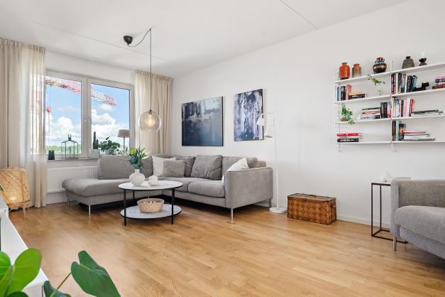 Lättmöblerat vardagsrum med plats för många