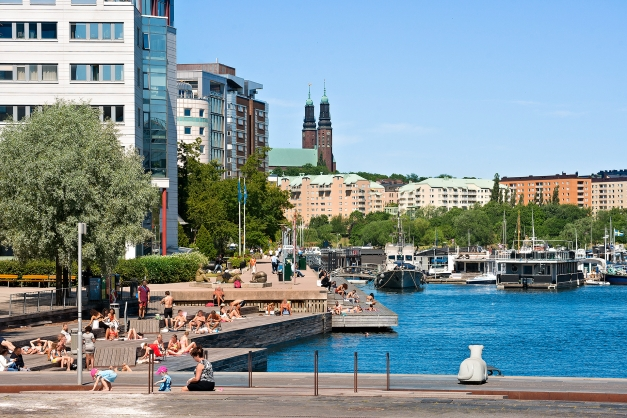 Härliga Liljeholmskajen med möjlighet till bad samt stort utbud av restauranger.