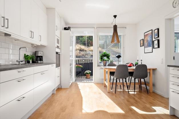 Kök med matplats och utgång till balkong