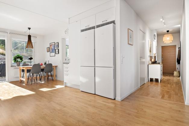 Den öppna planlösningen gör att lägenheten känns stor och luftig