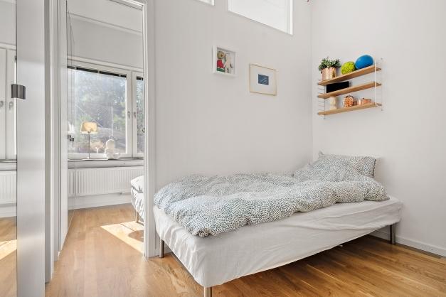 Sovrum 3 med extra takhöjd, tre garderober och två högt placerade fönster för ljusinsläpp från sovrum  2