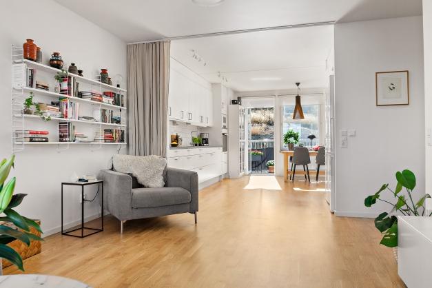 Öppen planlösning mellan kök och vardagsrum. Möjlighet att skärma av vardagsrummet från köket med draperi
