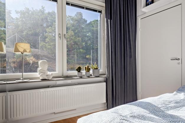Sovrum 2 med klädkammare, 3 garderober och extra högt i tak