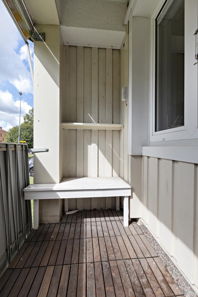 Balkong med platsbyggd sittbänk och hylla