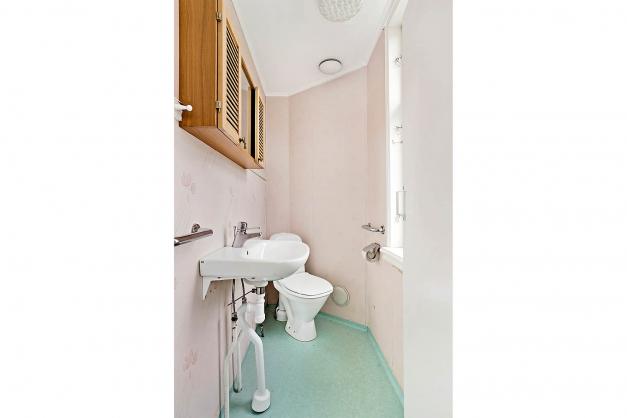 Toalett intill köket