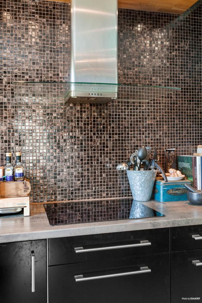 Stilfull mosaik i kök.