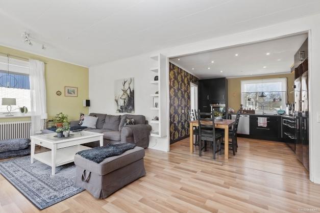 Vardagsrum och kök i vinkel med öppen och luftig planlösning