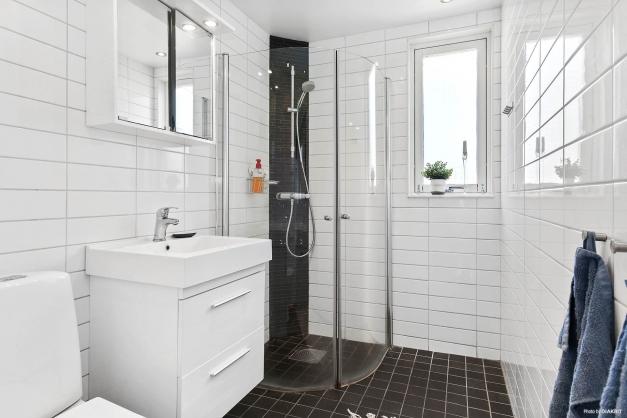 Helkaklat badrum i entréplan med skön värmande golvvärme