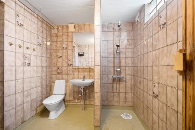 Duschrum och toalett ihop med bastun.