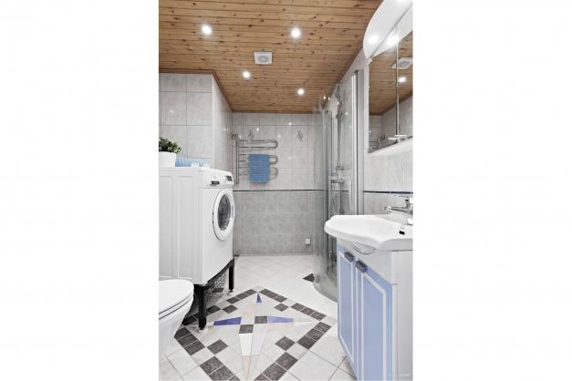 Helkaklat badrum med tvättmaskin
