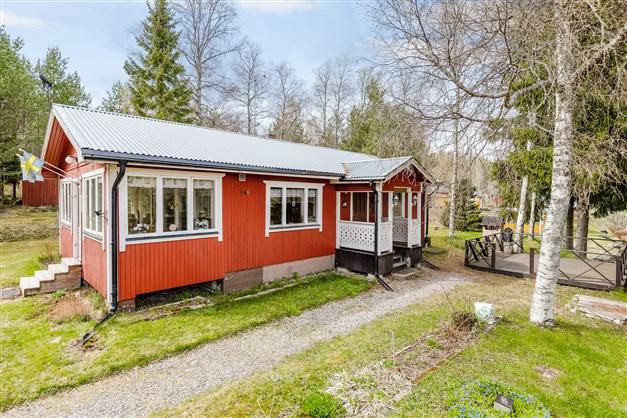 Välkomna till Färdsjö 106 och en trevlig fritidsfastighet med sjöutsikt!