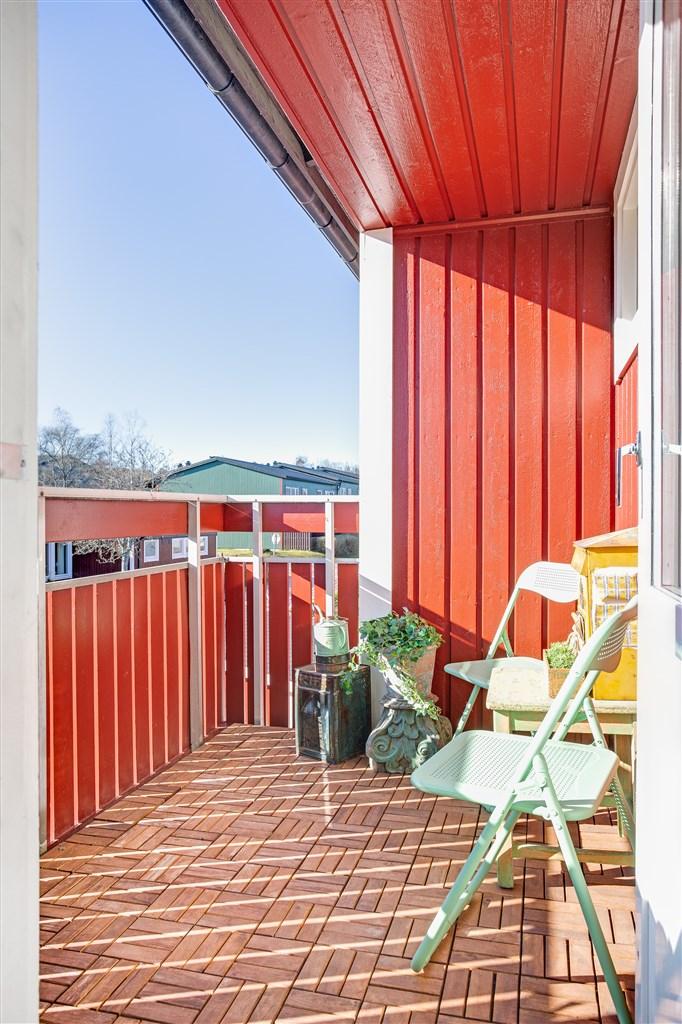 Balkongen med träplattor på golv.