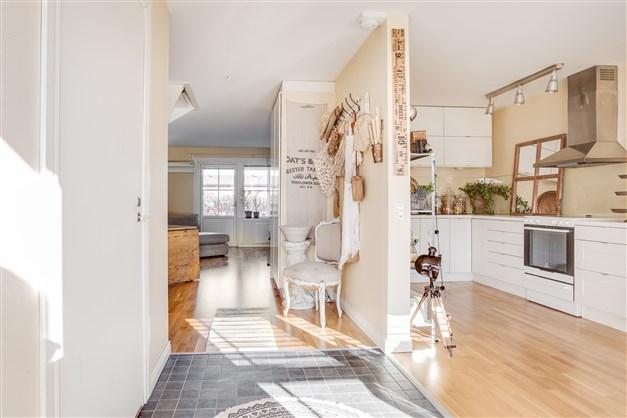 Öppet mellan hall och köket vilket ger fint ljus.