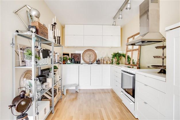 Ombonat kök med integrerade vitvaror.